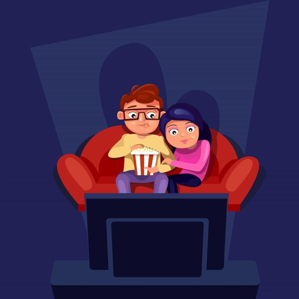 家で映画を見る夫婦